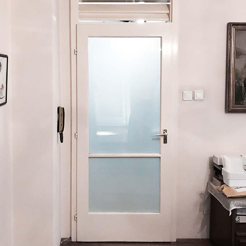 ilyen volt, üveg felületű ajtó