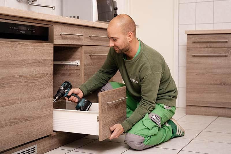 Bútor beépítése és pontos beállítása